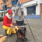 Johanna förbereder varm äppeldryck